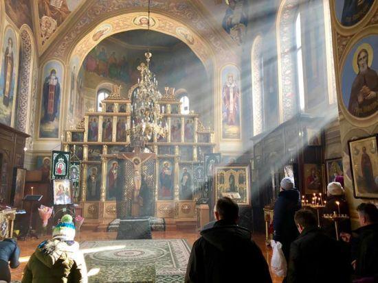 """Заяви про """"рейдерство"""" та поліція. У Києві Філарет звільняє намісника монастиря, який не прийшов на його """"собор"""""""
