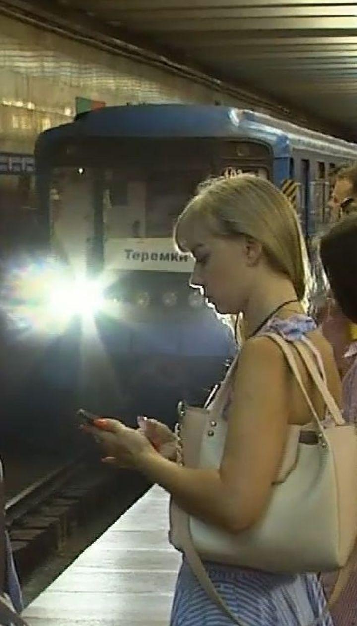 У київському метро поїзд зачепив голову чоловіка, який впав на платформі