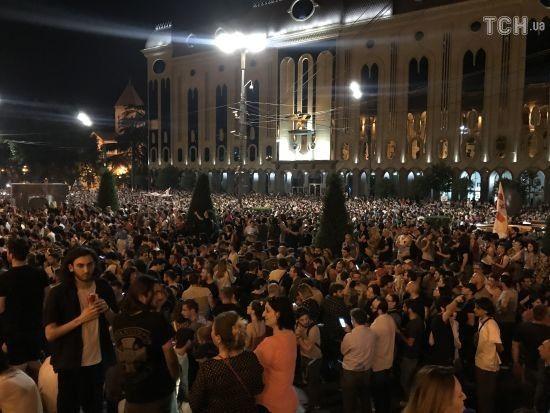 У центрі Тбілісі знову тисячі людей зібралися на антиросійський мітинг