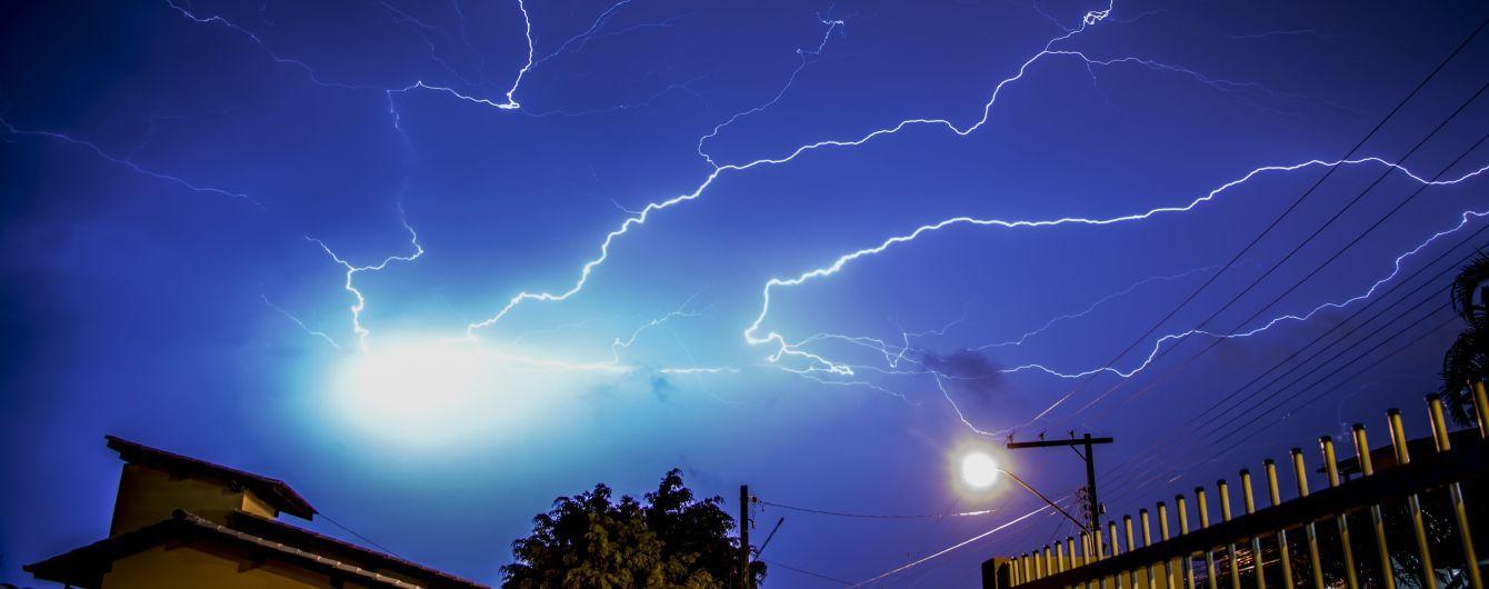 У Львівській області блискавка через розетку влучила у жінку, яка перебувала у хаті