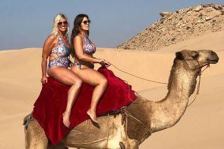 Пишнотіла Ешлі Грем з мамою у купальниках осідлали верблюда