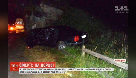 Автівка врізалась у бетонну опору на Львівщині – водій помер на місці
