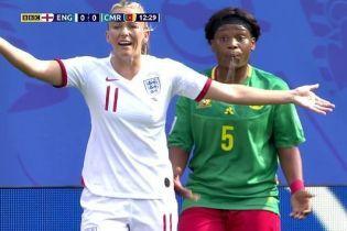 Футболістка збірної Камеруну плюнула у суперницю, але уникнула червоної картки