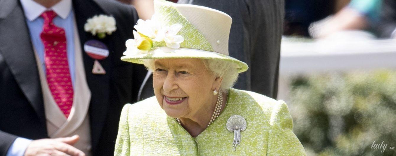 В красивом лимонном пальто: королева Елизавета II на финале скачек в Аскоте