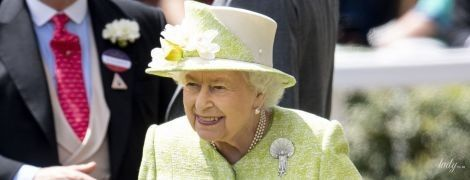 """В красивому """"лимонному"""" пальті: королева Єлизавета II на фіналі скачок в Аскоті"""