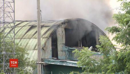 Масштабный пожар на складах случился под Киевом