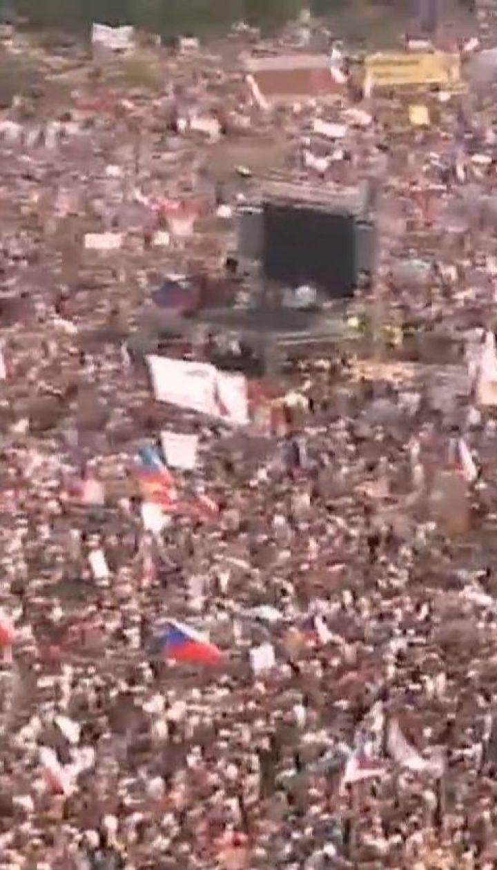 Четверть миллиона чехов вышли на улицы столицы требовать отставки премьер-министра