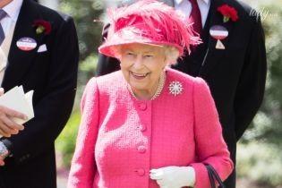 """Битва """"рожевих"""" образів: королева Єлизавета II на скачках та турнірі з поло"""