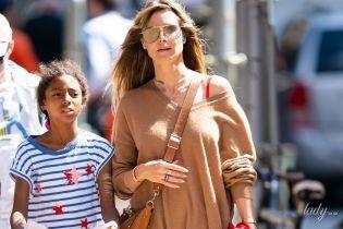В балахоне и с сумкой Valentino: Хайди Клум прогулялась по Нью-Йорку