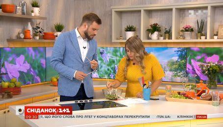 Егор Гордеев приготовил китайский салат из битых огурцов