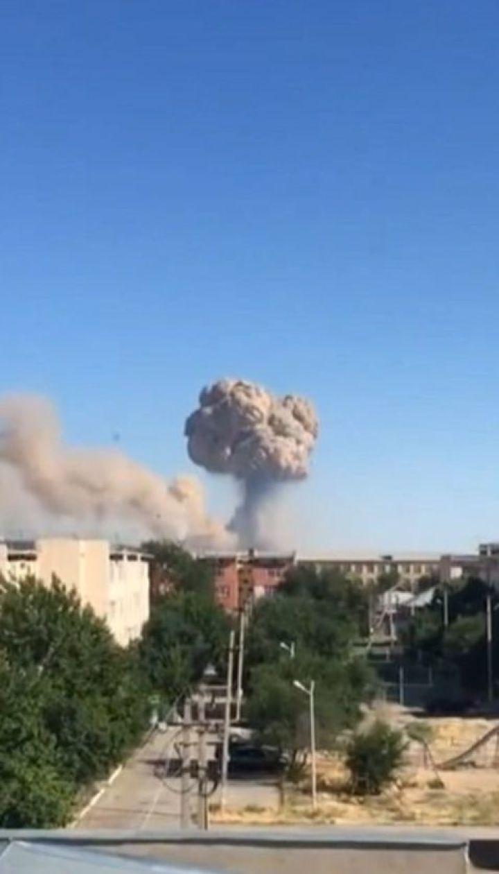 Пожар со взрывами вспыхнул на складе боеприпасов в Казахстане