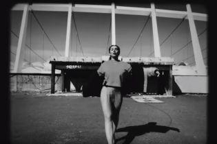 Седокова в новом клипе погуляла без трусов и проехалась на мотоцикле с голыми ягодицами