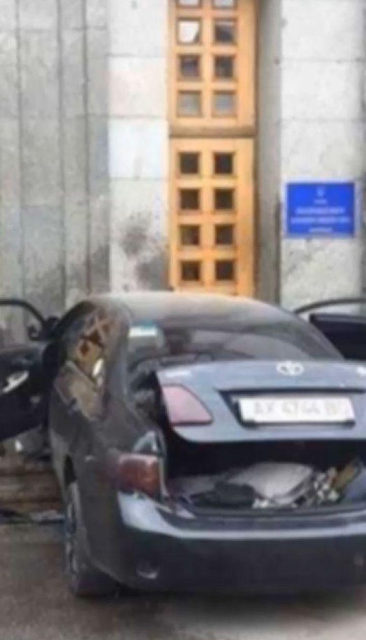 Легковушка на полной скорости въехала в двери мэрии Харькова