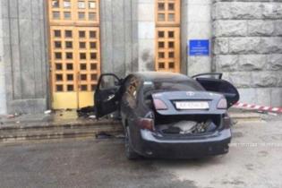 В Харькове водитель легковушки на полной скорости влетел в горсовет