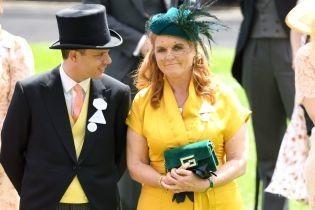В горчичном платье и с изумрудами: Сара Йоркская на скачках