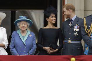 Королева Елизавета II взяла под личный контроль жизнь Меган и Гарри - СМИ