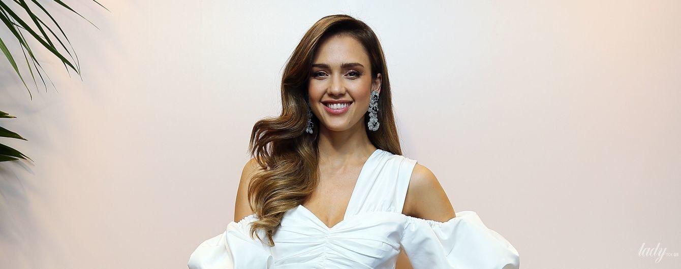 Полюбила белое: Джессика Альба в белоснежном платье презентовала свою бьюти-линейку в Италии