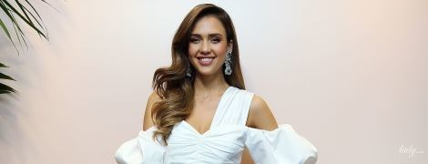 Полюбила біле: Джессіка Альба у білосніжній сукні презентувала свою б'юті-лінійку в Італії