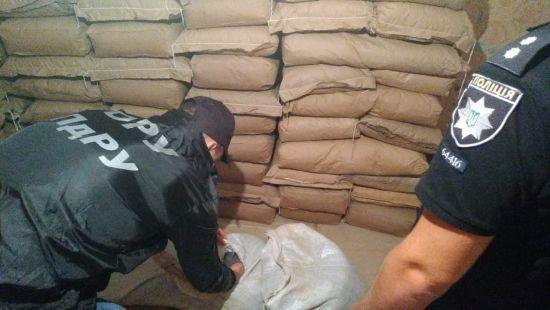 Понад сім тонн наркотиків, зброя та півмільйона готівки. На Одещині накрили наркокартель