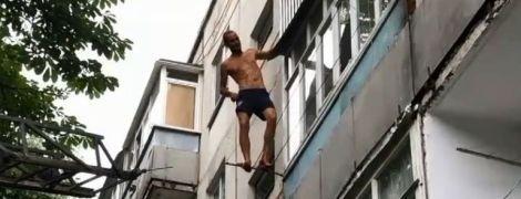 У Сумах працівники ДСНС урятували чоловіка, який хотів стрибнути з балкону