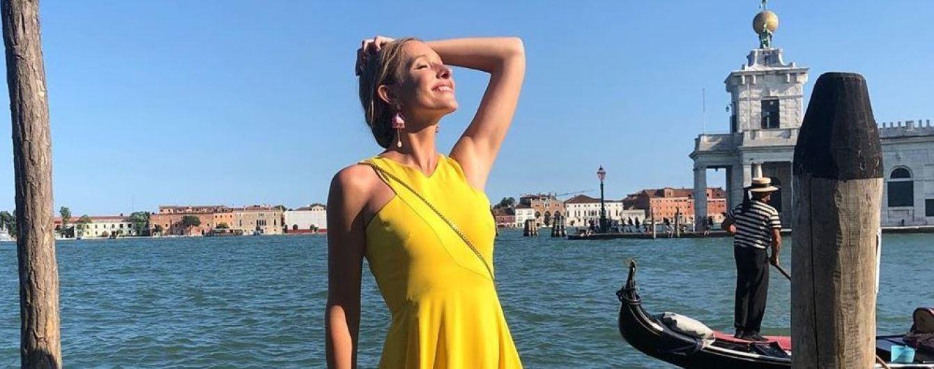 В желтом платье и кедах: Катя Осадчая поделилась красочными снимками из Венеции