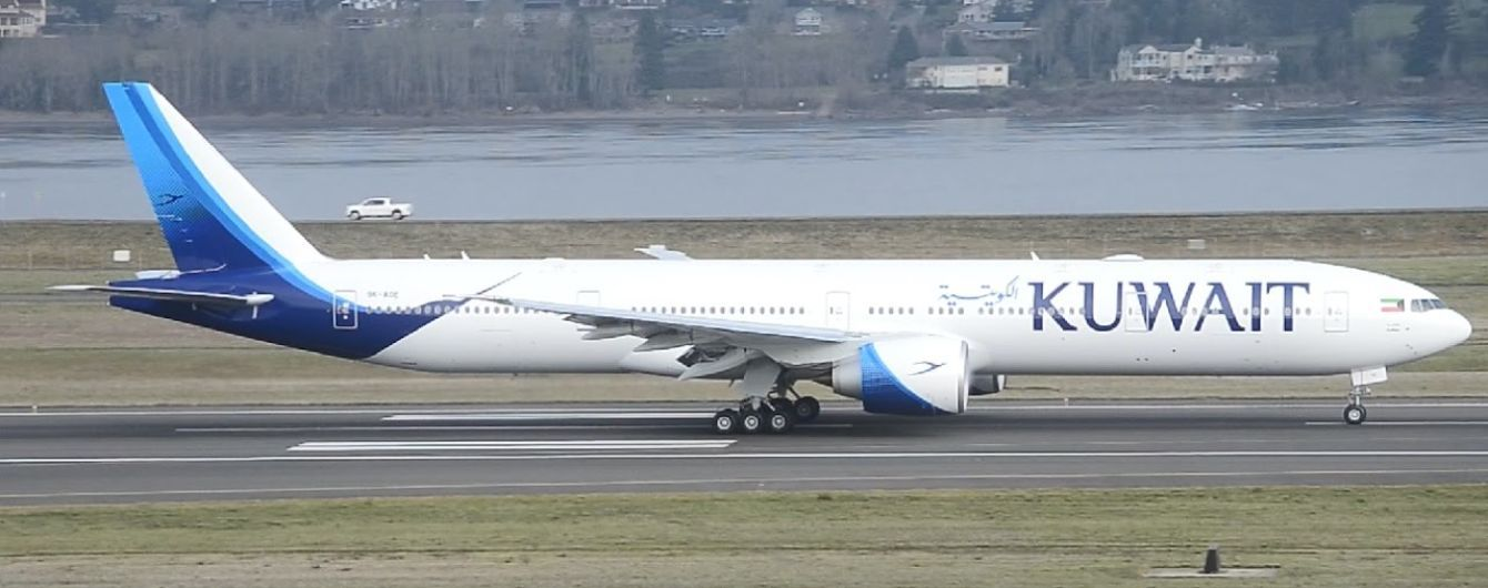 В Ницце самолет врезался в аэропорт