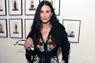 В платье с цветочной аппликацией: красивая Деми Мур сходила на выставку