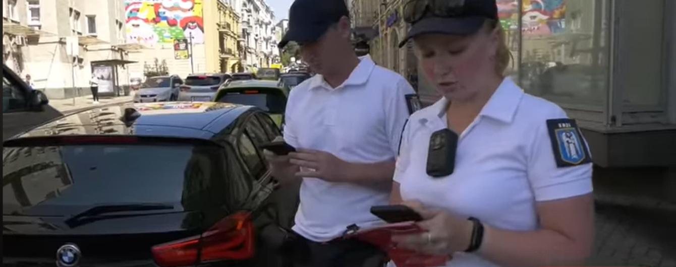 Работу инспекторов по парковке в Киеве показали на видео