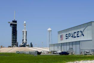 SpaceX запустила ракету Falcon Heavy с прахом 152 человек. Ее ступень промахнулась и взорвалась