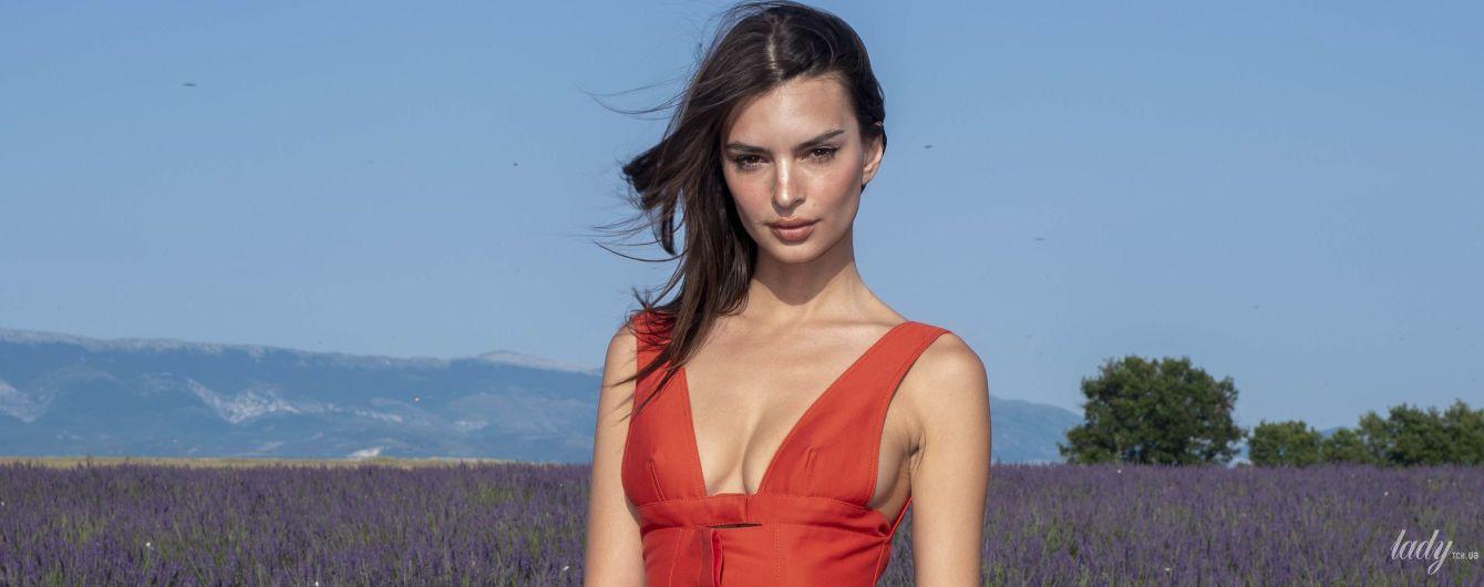 В маленьком красном платье: Эмили Ратажковски позировала в лавандовом поле