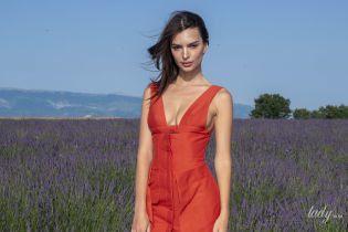 У маленькій червоній сукні: Емілі Ратаковскі позувала на лавандовому полі