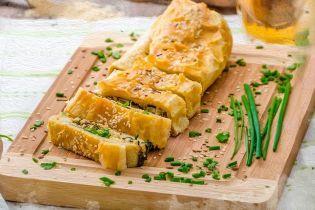 Пиріг з цибулею, сиром і зеленню