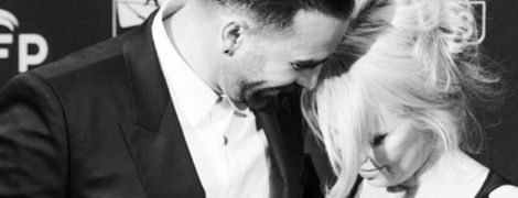 """""""Он монстр"""": Памела Андерсон шокировала новостью об измене молодого возлюбленного и бросила его"""