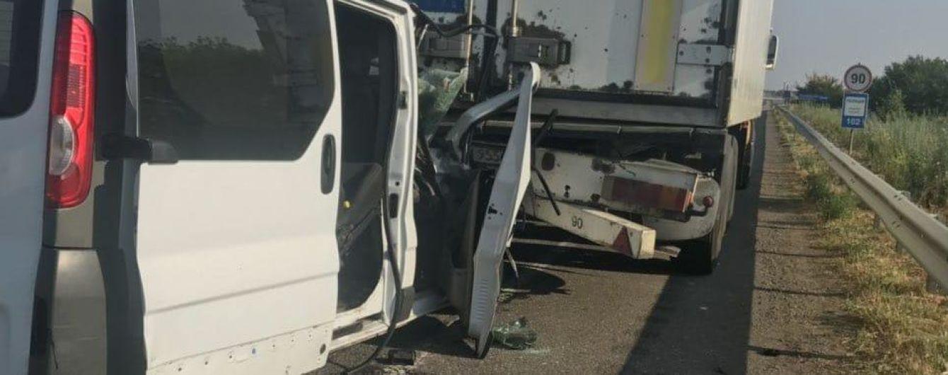 На Одеській трасі мікроавтобус зіткнувся з вантажівкою, постраждали семеро пасажирів
