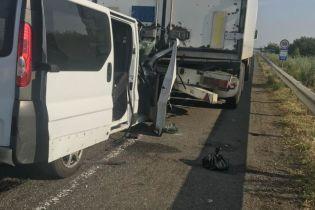 На Одесской трассе микроавтобус столкнулся с грузовиком, пострадали семеро пассажиров