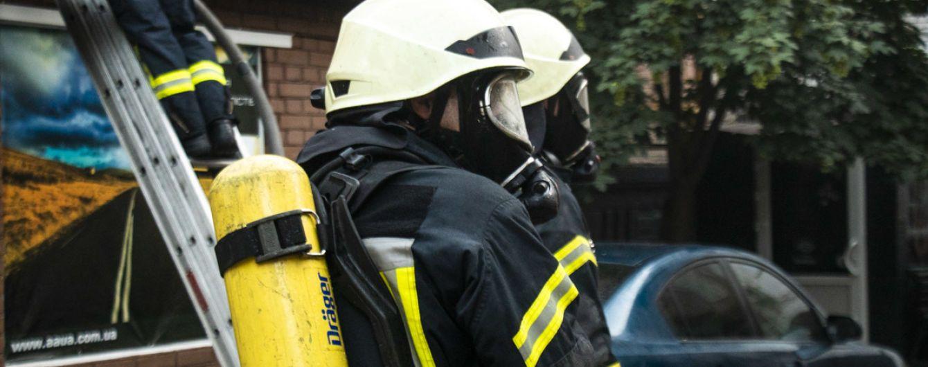 У Києві обстріляли рятувальників, які гасили пожежу