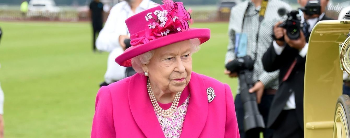 Трапляється і з королевами: з Єлизаветою II стався конфуз на світському заході