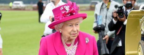 Случается и с королевами: с Елизаветой II произошел конфуз на светском мероприятии