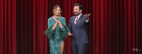 З розрізом до стегна: Кріссі Тейген в цікавій сукні приїхала на шоу