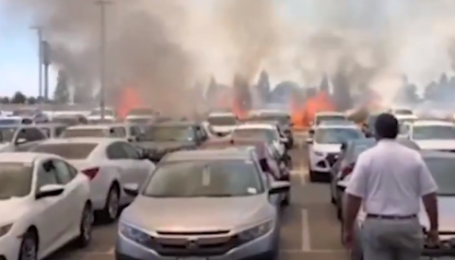 Ужас. В Америке сняли, как пожар уничтожил автопарк из 90 машин