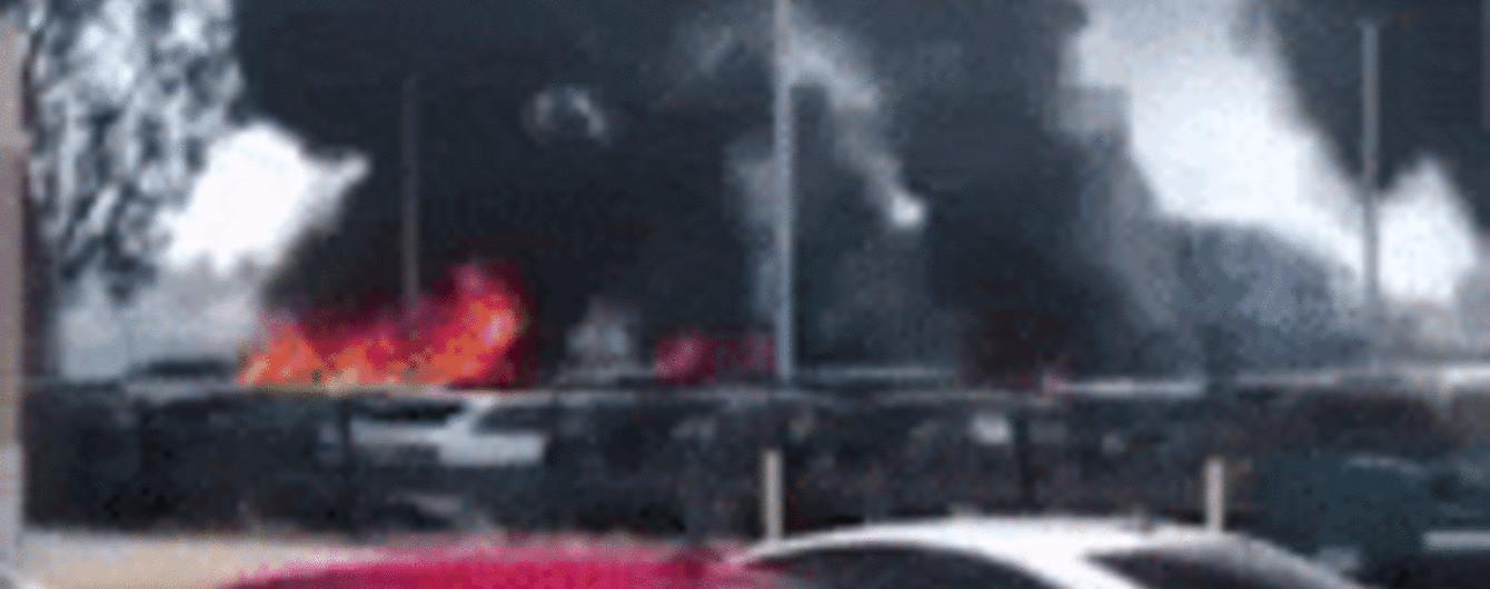 Жах. В Америці зняли, як пожежа знищила автопарк з 90 машин