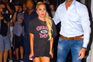 Без штанов: леди Гага в провокационном луке прогулялась по Манхэттену