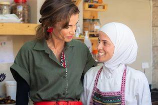 В платье-рубашке и с яркими акцентами: королева Рания посетила книжный магазин