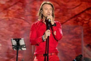 Во всем красном: Олег Винник продемонстрировал стильный лук на концерте