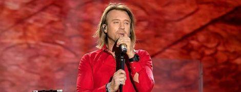 У всьому червоному: Олег Винник продемонстрував стильний лук на концерті