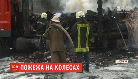 В Запорожье во время движения загорелся и взорвался почтовый грузовик