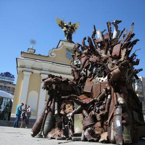 """На Майдані Незалежності встановили 600-кілограмовий """"Залізний трон"""" з уламків військової техніки"""