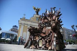 """На Майдане Независимости установили 600-килограммовый """"Железный трон"""" из обломков военной техники"""
