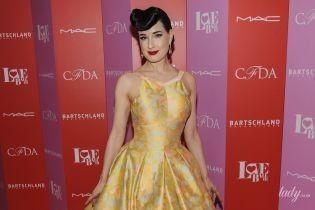 Скромно, але красиво: Діта фон Тіз у жовтій сукні приїхала на благодійний бал