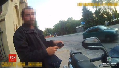 Во Львове неравнодушный водитель помог полиции поймать нетрезвого скутериста